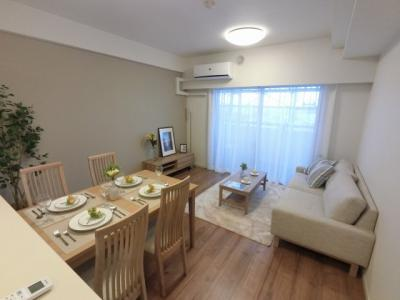 12.7帖のリビングはバルコニーに面しており採光・風通し◎ ダイニングテーブルやソファー、ローテーブルなどの家具もしっかりと配置できます。