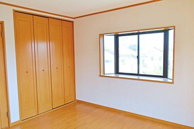 2階北側洋室(8帖)、出窓があります