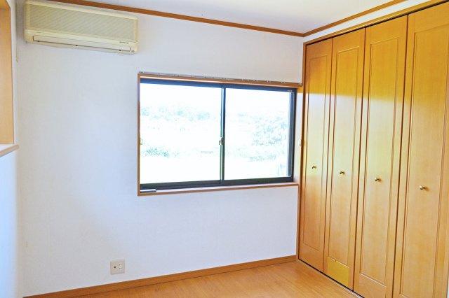 2階北側洋室(6帖)、大きな窓で明るいお部屋です