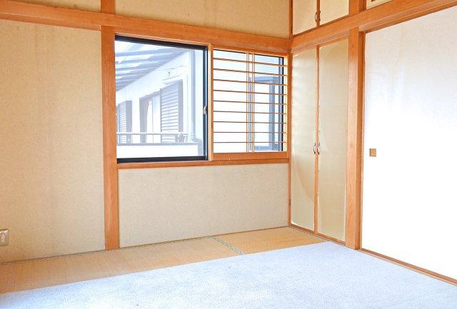 2階和室(6帖)、和室も2面採光で明るいお部屋です