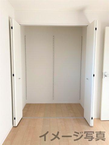 クローゼット。成長するにつれて増えていく荷物も収納があれば安心♪空間を広々使えます♪ 各居室収納完備