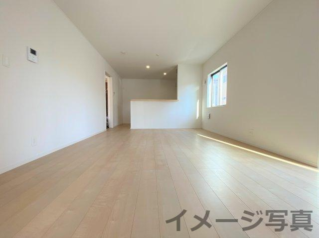 16帖の広々リビング。ダイニングテーブルも置ける広さ♪勾配天井で解放感があり空間を広く感じられます