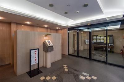 エントランスホールにはオートロックが導入され、セキュリティ安心のマンションです。