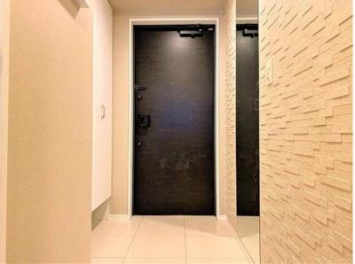 玄関には、除湿・消臭効果のあるエコカラットを採用