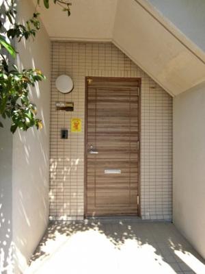 1階住戸の玄関。