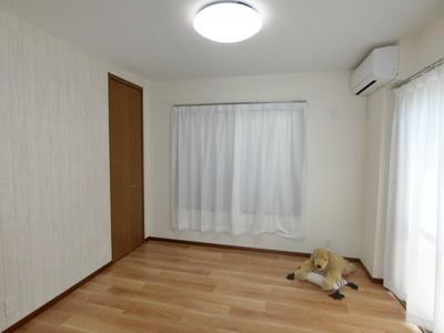 採光面が多い明るいお部屋です。