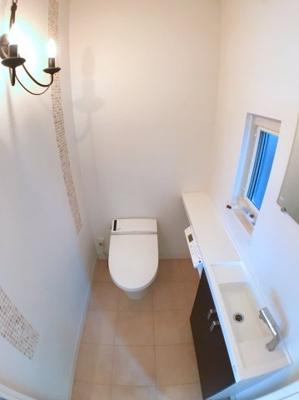 2階トイレの写真です♪ 手洗い場付きですよ♪