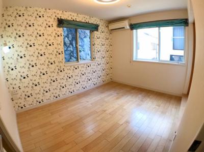1階洋室の写真です♪ アクセントクロスがお洒落ですね♪