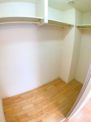 1階洋室の納戸の写真です♪ 収納スペースも広く使い勝手が良いですね♪