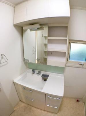 独立洗面台の写真です♪ 収納スペースも多くございます♪