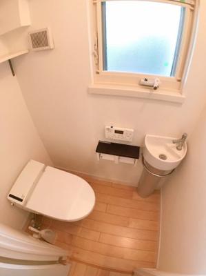 1階トイレの写真です♪ こちらもお手洗い付きです♪