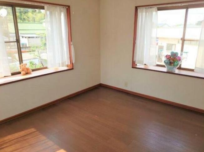 出窓が有り3面採光に付き明るい2階洋室6帖