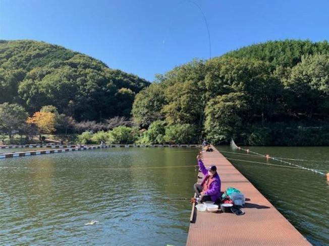 「円良田湖」まで約1400m~春には千本の吉野桜が湖周辺をピンク色に染める桜の名所、また、春から年間を通じてへら鮒が釣れ、冬にはワカサギの釣り場としても人気のスポット