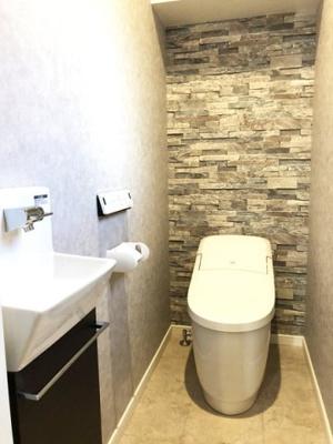 洗浄機能付きのトイレは、アクアセラミックを採用しております!汚れにくく簡単なお手入れで、新品のようなツルツルが100年続きます!