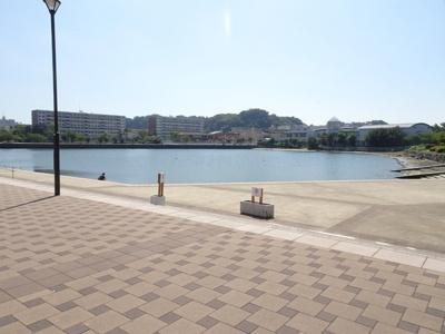 徒歩2分ほどで湖があります。移り行く季節を感じながらのお散歩は毎日を楽しみにしてくれます♪