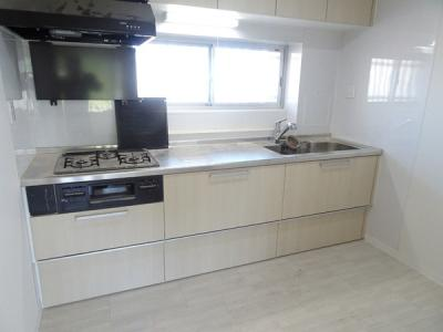 快適なキッチンで楽しくお料理。収納も充実しているのでお片付けも楽々。背面スペースも広いので冷蔵庫や食器棚をしっかり置くことができます。