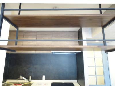 キッチンサイドには、嬉しい収納スペースが備わります♪