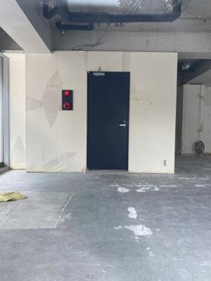 北側の階段に抜けられる扉です。