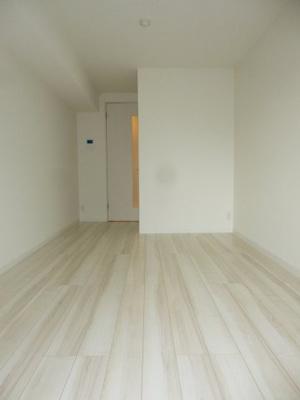 洋室7.7帖の広い居室。