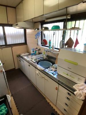 上部に収納棚があり、調理器具類をたっぷりと収納していただけます。