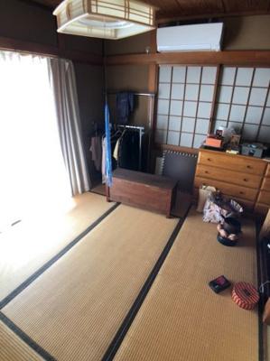 窓の外にはウッドデッキがありますので、お洗濯ものを干したり、日光浴を愉しんでいただけます。