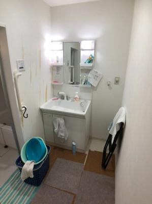 独立洗面台と洗濯機を置くランドリースペース、脱衣所となっています。