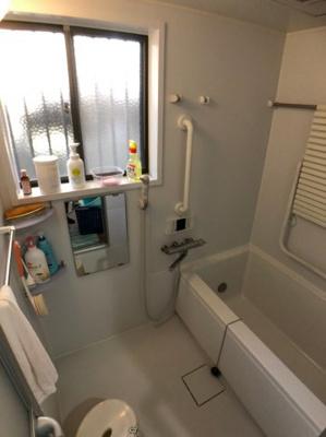 お風呂は窓が付いており、使用後はしっかりと換気もしていただけます。