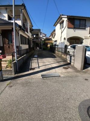 前面道路は市道で約2.05m接道しています。幅員は約6mありますので、車の出入りがし易いです。