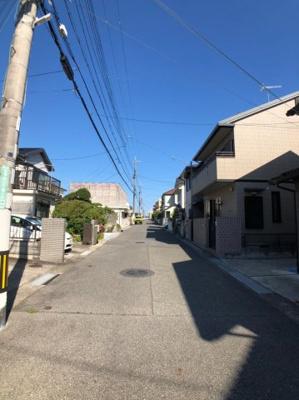 前面道路は市道で、幅員は約6mございます。