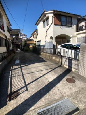 駐車スペースは通路の中心から幅約2.05m、奥行き約14.8mございますので、お車が2台駐車出来ます。