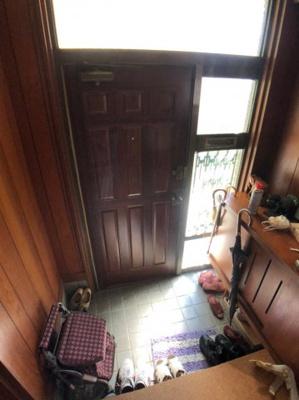 南向きの玄関ですので、非常に明るく、下駄箱が備え付けですので広々と使っていただけます。
