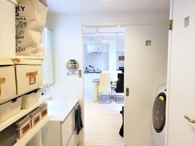 洗面室には便利な棚が有ります