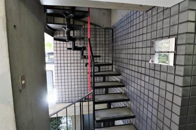 エントランス横の螺旋階段からお部屋に直接行くことが出来ます♪