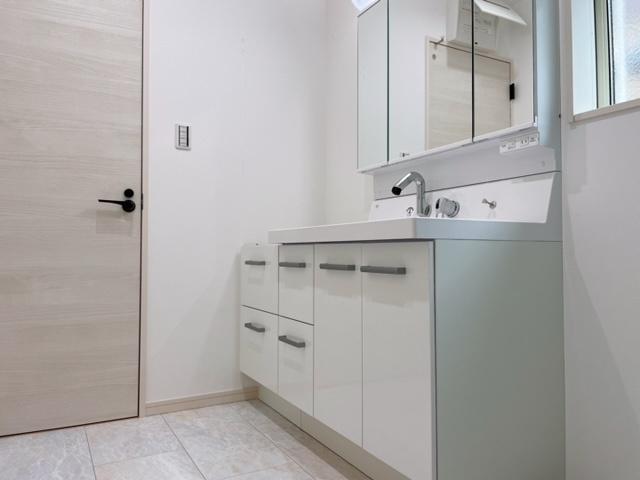 洗面室が広く明るいですよ(^^)v
