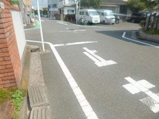 前面道路にゆとりがあり開放感があります。