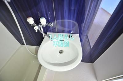 洗面台は浴室内にあります