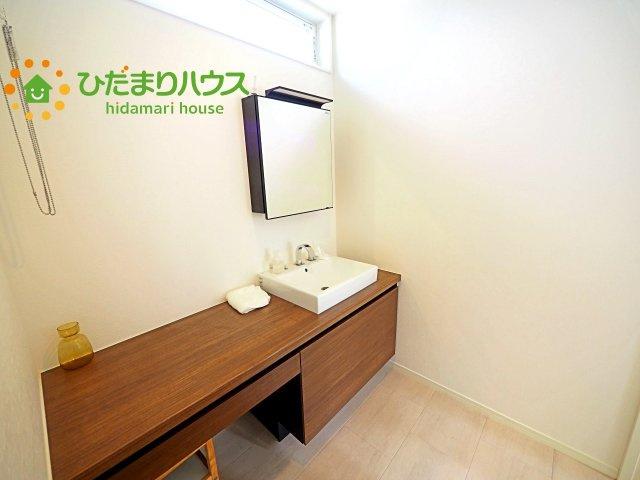 洗面台横には、お化粧スペースや家事スペースにも使えるカウンター式☆彡