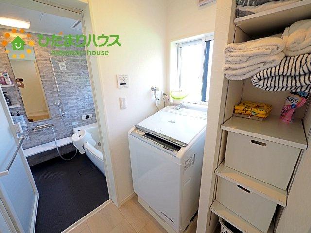 洗濯機横には収納付きで、タオルやパジャマなどが収納できます(^^♪