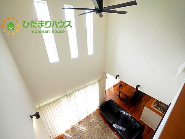 2階からの眺め。吹き抜け部分にもフィックス窓があり、明るい空間を演出してくれます☆