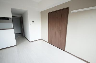 「優しい色合いの床材を使用した居住空間」