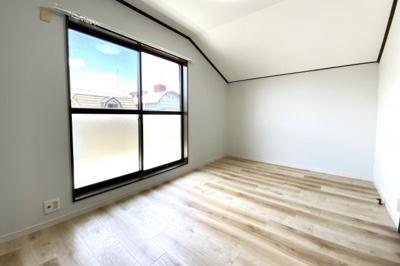 《洋室約7帖②》3階にあるバルコニーのあるお部屋です。