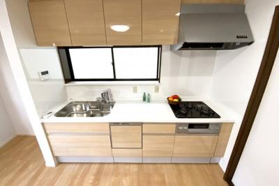 システムキッチンは《食器洗浄乾燥機付》環境にも奥様の手にも優しい設備です。収納たっぷりで新調済のキッチンです♪