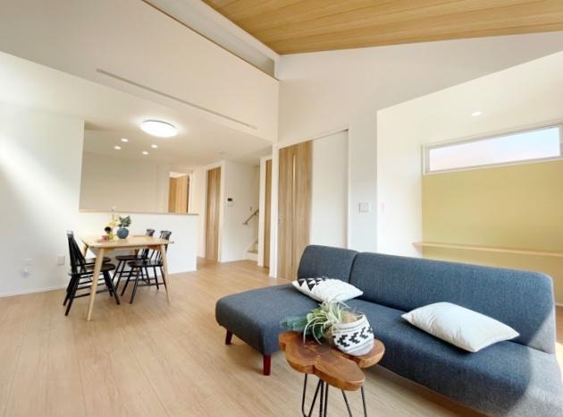 南に面した18.62帖の広々としたLDK 勾配天井+多面開口の光と風を享受する心地よい空間です 床暖房が標準装備です