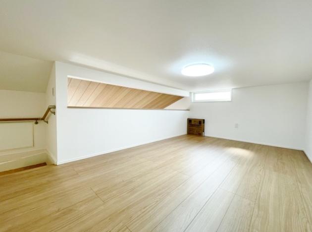 足元が安定する固定階段のグルニエ 季節衣類や思い出の品などの収納に便利です