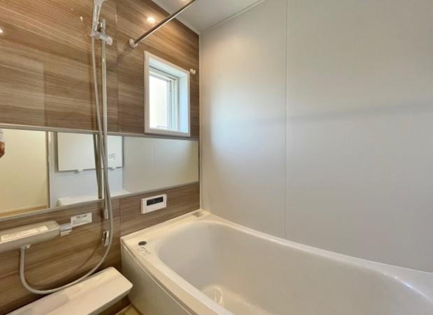 落ち着いた色合いの浴室 一坪タイプの浴室は足を延ばしてゆっくりとバスタイムを楽しめます 雨の日のお洗濯や寒い冬場の入浴に便利な浴室換気乾燥機が標準装備です