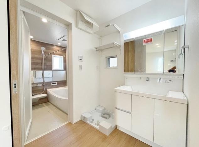 使い勝手のよい三面鏡の洗面台 鏡裏など収納スペースもしっかりあるので水回りをキレイにお使いいただけます 洗面室はゆとりある広さなのでお子様との入浴にも便利です