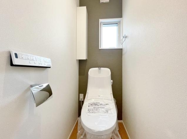 アクセントクロスを施したお洒落なトイレ トイレは1階2階それぞれにあるので忙しい朝になど便利です