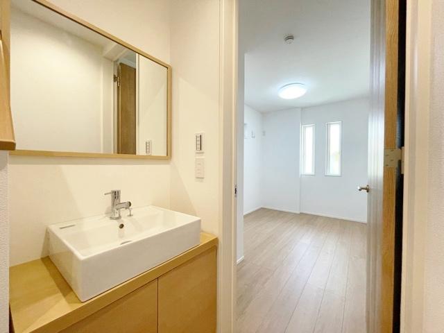 1階玄関ホールには帰宅時の手洗いやお掃除などに便利な手洗いカウンターがございます