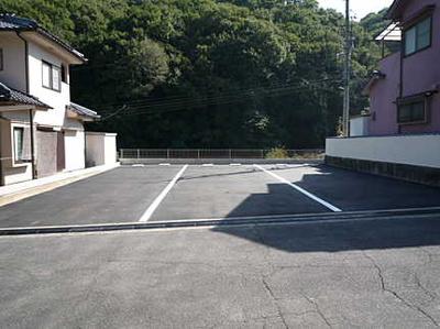 物件の向いには、縦列に駐車できるスペースが確保されております。 車種にもよりますが、2台~3台を停めておくことができ、 来客時の駐車スペースにも困らないですね!