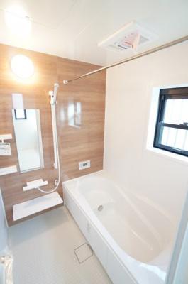【システムバス】 小さなお子様との入浴にも使いやすい マルチステップ仕様。 ゆったり過ごせるリラックスサイズ、 1年をとおして快適な換気暖房乾燥機がついて お天気に左右されずに洗濯物もできます。